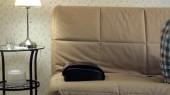 férfi fekszik a kanapén, otthon, alatt a feje a masszírozó, nyugodt állapotban