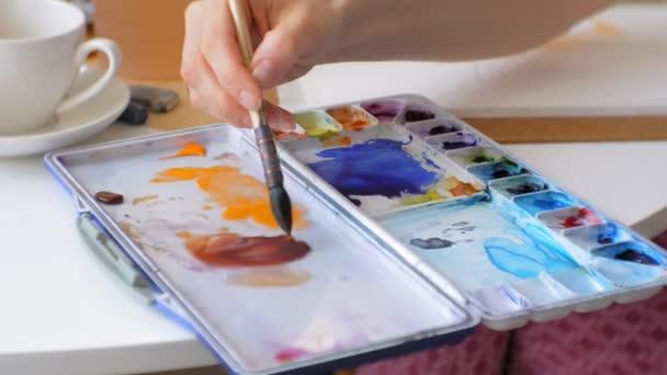 Mladá žena umělec obraz doma studio kreativní nástroje detail