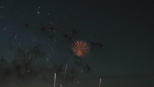 schönes Feuerwerk am Nachthimmel