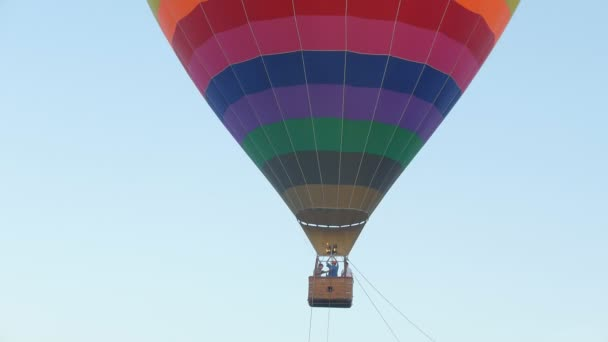 Horkovzdušné balóny na obloze nad polem v krajině.
