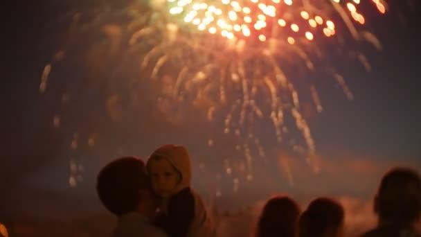 Felismerhetetlen családi tűzijáték. Emberek figyelnek tűzijáték 4k