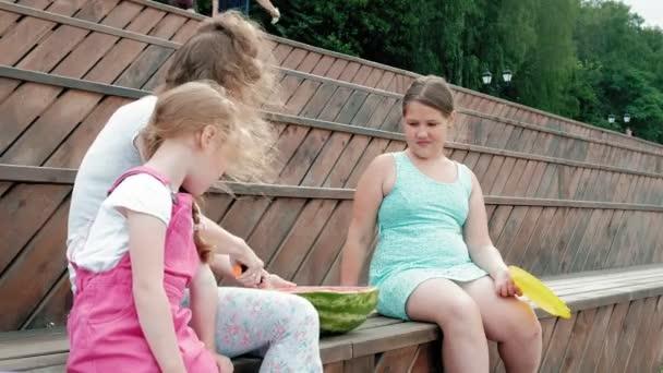 Šťastná rodina na pikniku jíst meloun