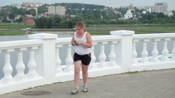 Mladá tlusťoška běh, ubývání hmotnosti, poslechu hudby sluchátka pojmu zdravého životního stylu