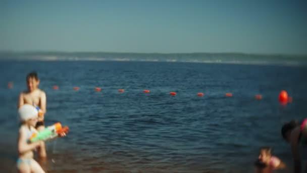 šťastné děti skáčí do mořských vln.
