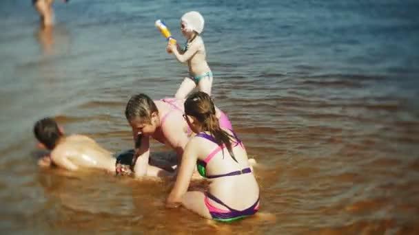 šťastné děti skáčí do mořských vln