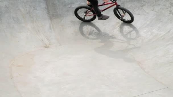 Chlapec na koni cyklo Bmx triky v parku skateboard za slunečného dne. Super pomalý pohyb