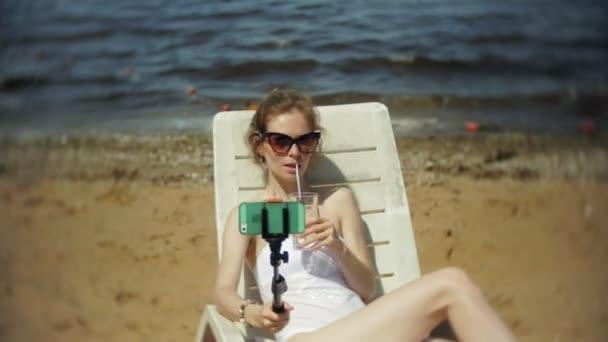 Соблазнительная блондиночка в шляпе на пляже фото, голая дама с широкими бедрами видео