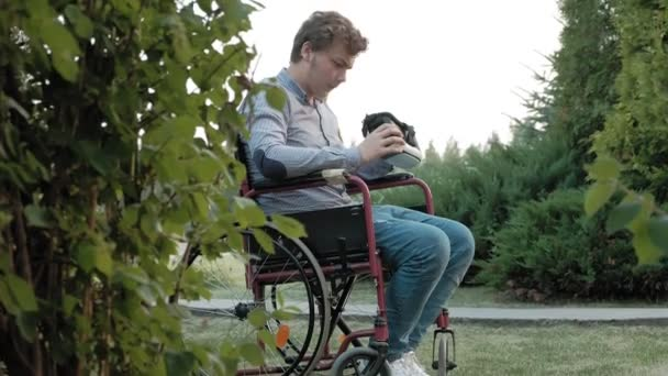A fogyatékos ember egy tolószékben szék ruhák a virtuális-valóság sisak