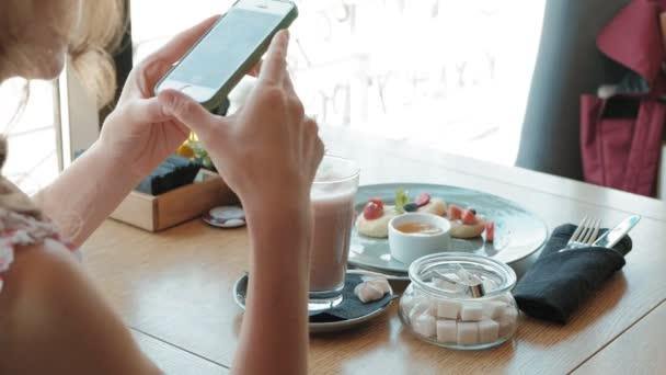 Žena ruce fotografování večeři jídlo od Smartphone. Closeup
