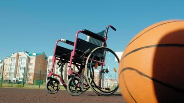 Typ vozíku s basketbal na sportovní volejbalové hřiště