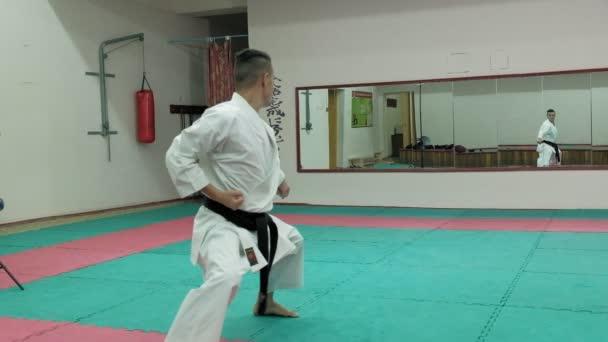 Fiatal férfi izmos test, képzés martial arts Goju-Ryu Karate-Do szuper lassú mozgás