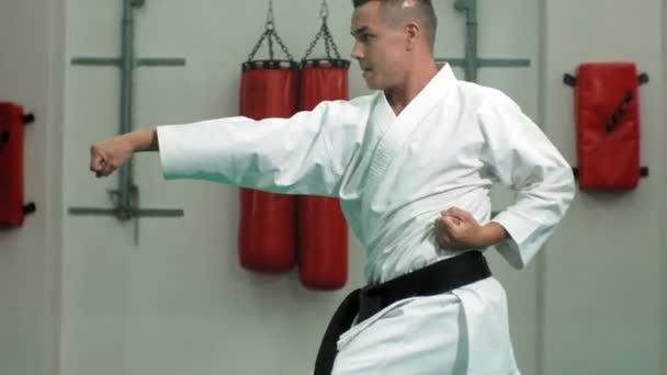 A fiatalember, izmos test, Goju-Ryu Karate-Do harcművészeti képzés