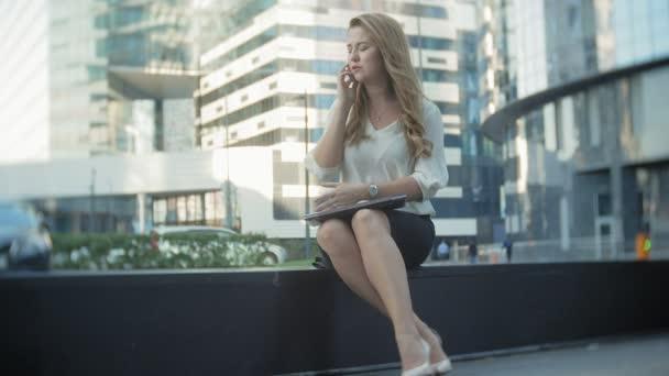Mladá podnikatelka mluví používá smartphone v city parku business center
