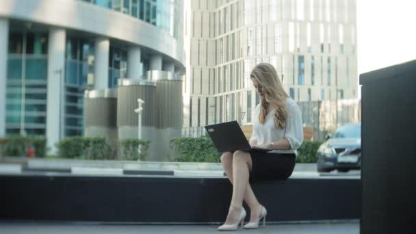 Mladá podnikatelka, pracovat na notebooku v obchodním centru city park