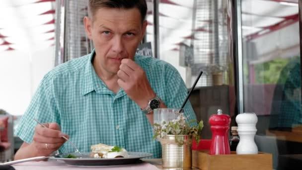 Zralé muže jíst snídaně od Topinka s vejci v kavárně