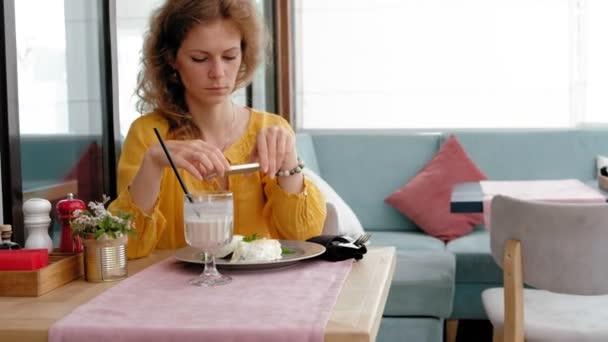 Žena při fotografie POCHOUTKOVÝ salát s mobil v restauraci