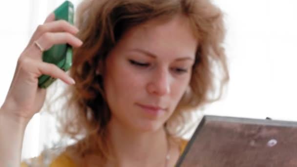 Žena při pohledu na menu v restauraci, obrací stránky a výběr desek pro datování událostí oběd večeře