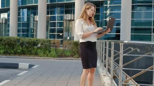 Fiatal üzletasszony dolgozik laptop city park business centerben