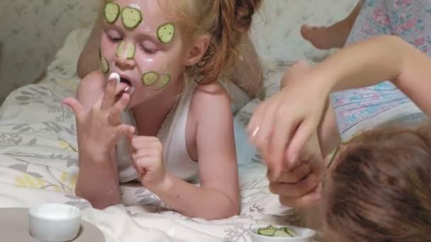 Žena s dcerou dělá srandu z Okurkový masky doma