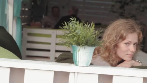 Frau mit app auf dem Smartphone im Café lächelnd und SMS auf dem Handy. Schöne multikulturelle lässig weibliche Berufseinsteiger auf Handy