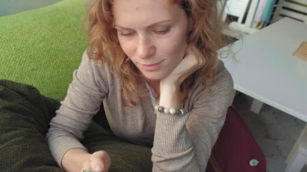 Žena s používáním aplikace na smartphone v café usmívá a textových zpráv na mobilním telefonu. Krásné multikulturní mladé příležitostné ženské profesionální na mobilním telefonu