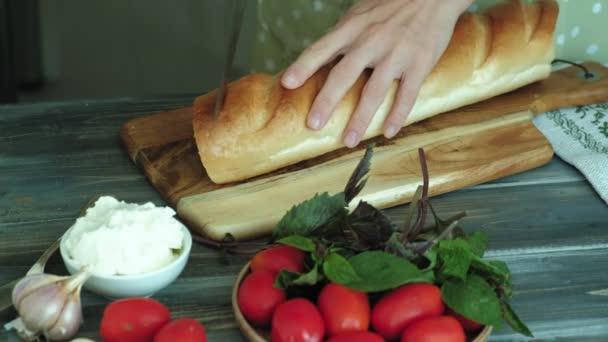 Detailní záběr ruky Zenske se připravuje z chleba sýra a zeleniny pro Italská bruschetta