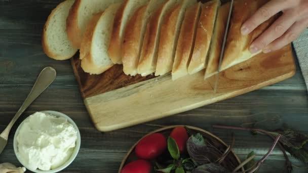 Detailní záběr ruky Zenske se připravuje z chleba sýra a zeleniny pro Italská bruschetta. 4k