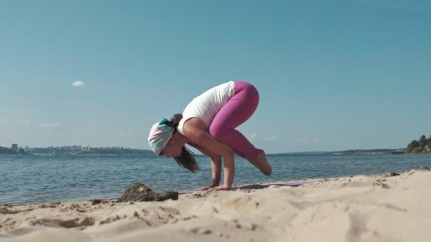 Csinál néhány jóga a strandon 4k régi nyugdíjas asszony