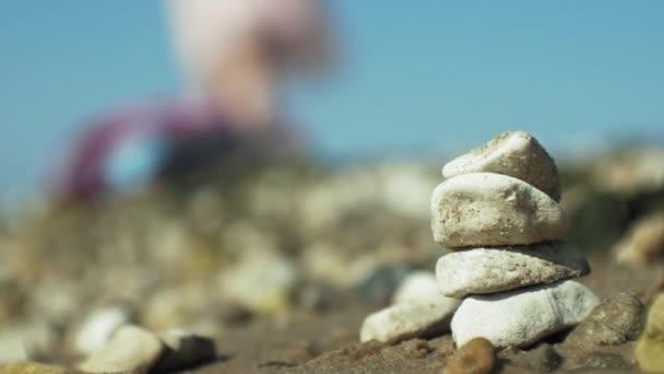 zásobník kamenů a šplouchat moře