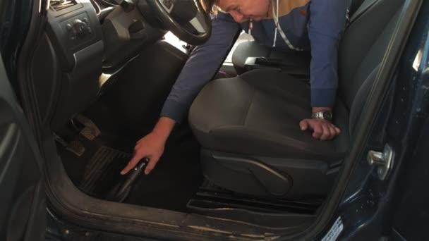 Heimwerker staubsaugen Auto Rücksitz mit Staubsauger