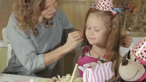 Šťastná dívka a její matka si dárky k narozeninám