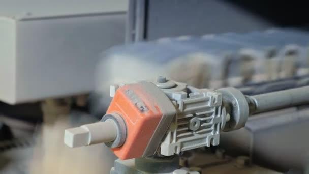 broušení machine.the procesu broušení dřevěné dveře na machine.production interiérové dveře ze dřeva