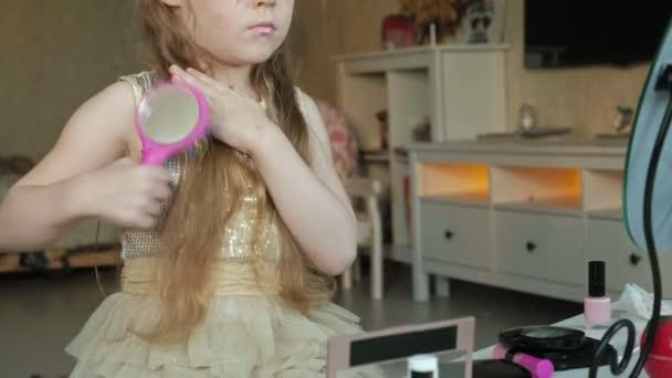 kislány vörös haj fésű haj, úgy néz ki, a tükör, smink, arc, divat, stílus, kozmetikumok, hajápoló