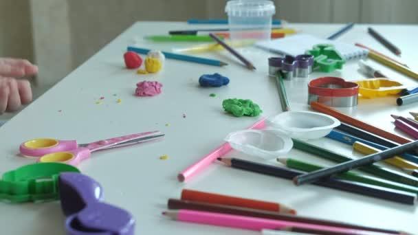 šťastný, Holčička si hraje s barevnými Plastelíny, závitky míče, ruce na ploše jsou postavy a barevné tužky, rozvoj jemné motoriky rukou