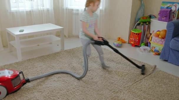 ein kleines Mädchen mit blonden Haaren räumt mit einem Staubsauger auf, bringt Ordnung und Sauberkeit, hilft Mama
