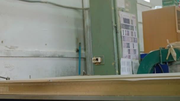 práce pro frézovací stroje, připravuje dřevěné polotovary pro dveře, výroba vesnice interiérové dveře