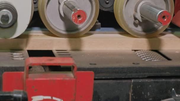 a folyamat a Polírozó fából készült ajtó üresen, rusztikus belső ajtók gyártása