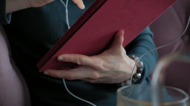 attraktive junge Frau mit Tablet im Café, Freelancer-Konzept