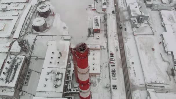 Rauchwolken steigen aus einem Rohr im Industriesektor der Stadt, einem städtischen Heizungsraum, in den Himmel. Luftaufnahmen