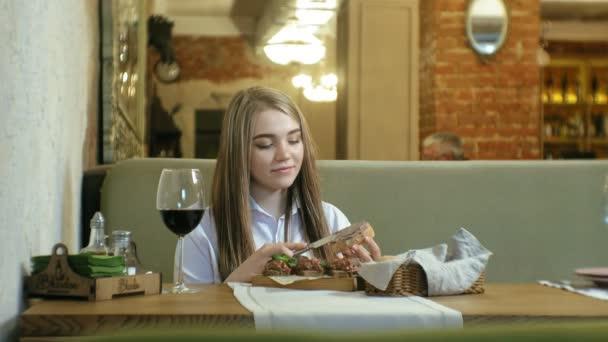 Krásná blondýnka, jídlo a pití v restauraci, přestávka na oběd