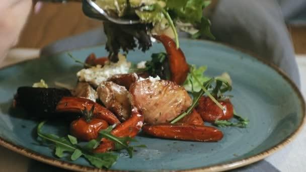pořizování makrosnímků: lahodný teplý zeleninový salát s kuřetem