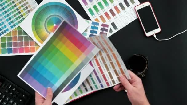 Draufsicht auf die Tabelle Grafik-Designer, schwarzer Hintergrund