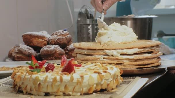 Koncept vaření. Profesionální cukrář dělá výtečný dort, šatna
