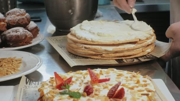 A koncepció a főzés. Profi cukrász teszi a finom sütemény, Vértes