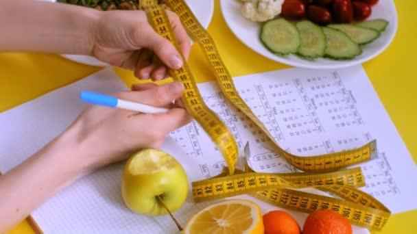 sportovní kalendář, zdravé jídlo, fotografování na žlutém pohledu na pozadí