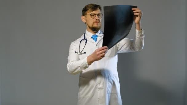 Arzt im weißen Mantel auf grauem Hintergrund, Medizinkonzept