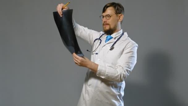lékař muž v bílém plášti na šedém pozadí, koncepce medicíny