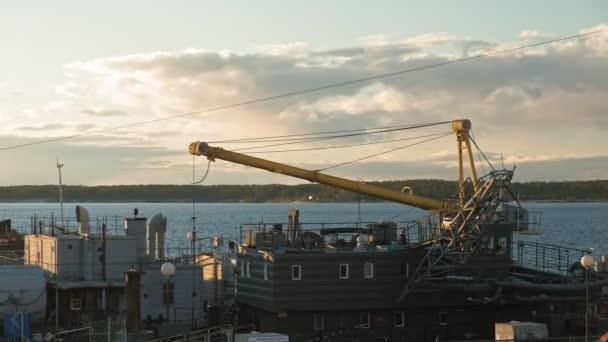 Říční přístav v době západu slunce