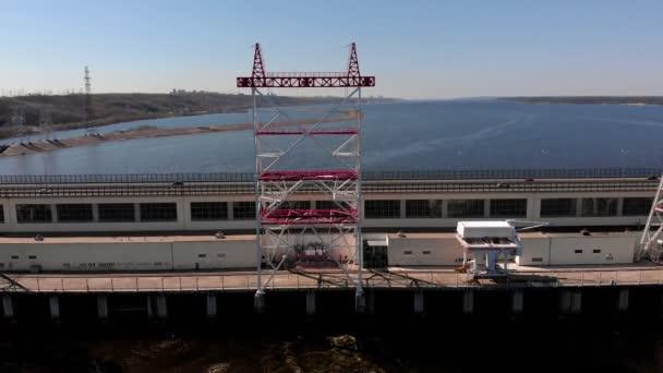 vodní elektrárna na řece, střílejí