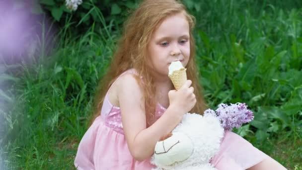 Holčička jí venku na zmrzlinu. Letní